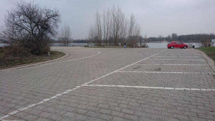 """Der Parkplatz an der Nato-Rampe """"Am Hansenbusch"""" (Foto: Metropolnews)"""