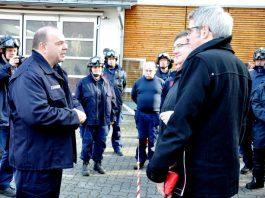 Zugführer Matthias Frank (l.) erläutert dem Landrat (r.) und dem Staatssekretär (hinten r.) die Arbeit von Pyrotechnik Bergstraße. (Foto: Kreis Bergstraße)