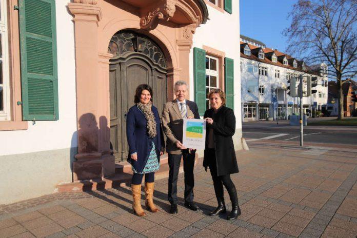 Maria Zimmermann, r,, bei der Übergabe der Plakette an Bürgermeister Gottfried Störmer und Carmen Daramus aus der Lampertheimer Stadtverwaltung. (Foto: Tourismus Service Bergstraße)