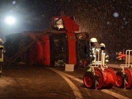 Die Feuerwehr bei der Bergung des LKW