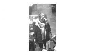 Wer kennt diese Frau? Sie soll mit in Bonn gestohlenen Bankkarten im Dezember 2017 in Frankfurt am Main und Offenbach Waren im Wert von mehr als 1000 Euro eingekauft haben. Hinweise an die Kripo Bonn. KK37, Rufnummer 0228/150 oder KK37.bonn@polizei.nrw.de