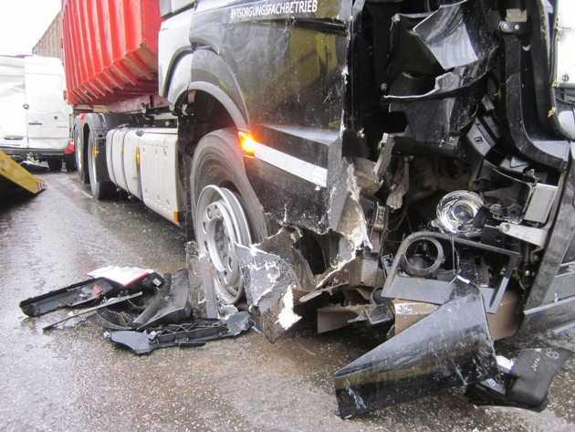 Unfallbeschädigte Fahrzeuge, B9 Worms-Süd