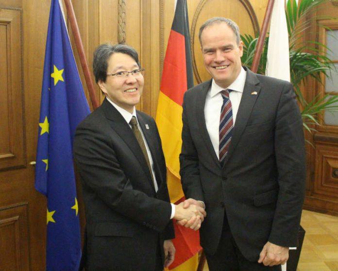 Oberbürgermeister Prof. Dr. Eckart Würzner (rechts) traf den japanischen Generalkonsul Tetsuya Kimura zum Gespräch im Rathaus. (Foto: Stadt Heidelberg)