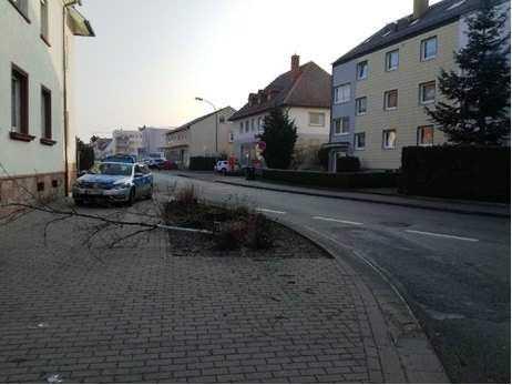 Den Schaden, den der unbekannte Autofahrer am Mittwochmorgen in der Konrad-Adenauer-Straße verursacht hat, schätzt die Polizei auf etwa 500 Euro.