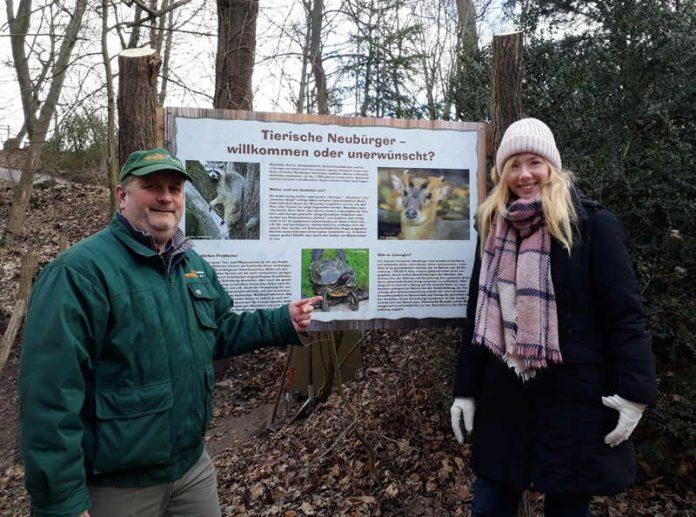 Landaus Zoodirektor Dr. Jens-Ove Heckel örtert an einer Infotafel im Zoo Landau mit MdL Nina Klinkel die Herausforderungen durch die EU-Invasivarten-Verordnung. (Foto: Zoo Landau)