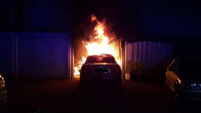 Der PKW stand in Vollbrand (Foto: Presseteam der Feuerwehr VG Lambrecht)