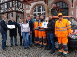 Projektleiter Tobias Vaerst (wer|denkt|was) übergibt die Auszeichnung zur Saubermacherstadt 2017 an Bürgermeister Rainer Burelbach und Erste Stadträtin Christine Bender (4.v.l.) (Foto: Stadt Heppenheim)