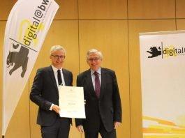 Landrat Dr. Christoph Schnaudigel (links) erhält von Ministerialdirektor Julian Würtenberger den Förderbescheid. (Foto: Landratsamt Karlsruhe)