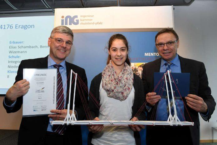 Kammervizepräsident Dr. Uwe Angnes (li.) und Bildungsstaatssekretär Hans Beckmann (re.) gratulieren Anna Gaedtke zum 9. Platz. (Foto: Ingenieurkammer Rheinland-Pfalz)