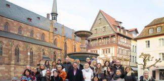 Gruppenfoto mit OB Weigel vor dem Rathaus. (Foto: Stadtverwaltung Neustadt)