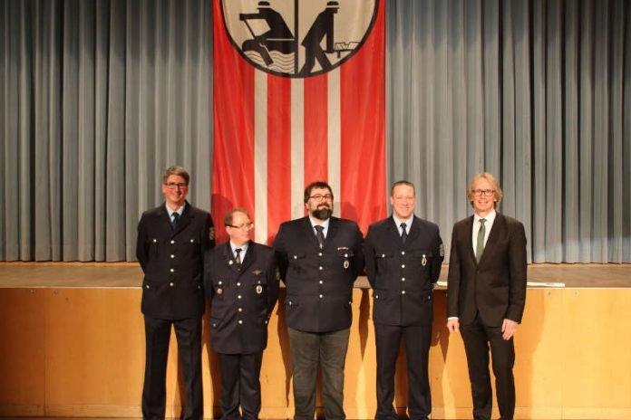 Ehrung der Feuerwehrleute (Foto: Verbandsgemeinde Dannstadt-Schauernheim)