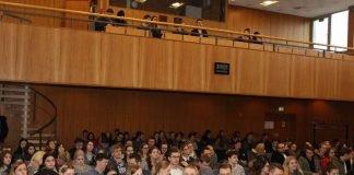 Ein Teil der diessemestrigen Erstsemester vor Beginn der zentralen Erstsemesterbegrüßung in der Aula der Hochschule Ludwigshafen (Foto: HS LU)