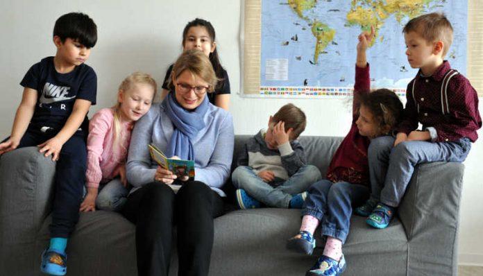 Bildungsministerin Hubig mit Kids