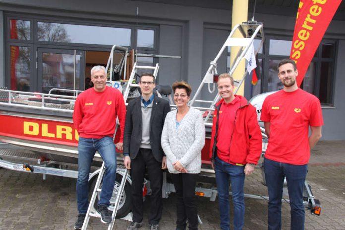 Oberbürgermeister Sebastian Schrempp mit Nicole Würz, 1. Vorsitzende der DLRG Südhardt, dem neuen Motorrettungsboot und Einsatzkräften der Einsatzabteilung. (Foto: DLRG Ortgruppe Südhardt e.V.)