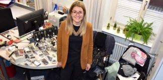 Angelina Wind, die Leiterin des Bürgerbüros, mit einem Teil der mehr als 200 Gegenstände, die bei der zweiten Online-Versteigerung der Stadtverwaltung Landau die Besitzerin bzw. den Besitzer wechseln sollen. (Foto: Stadt Landau in der Pfalz)