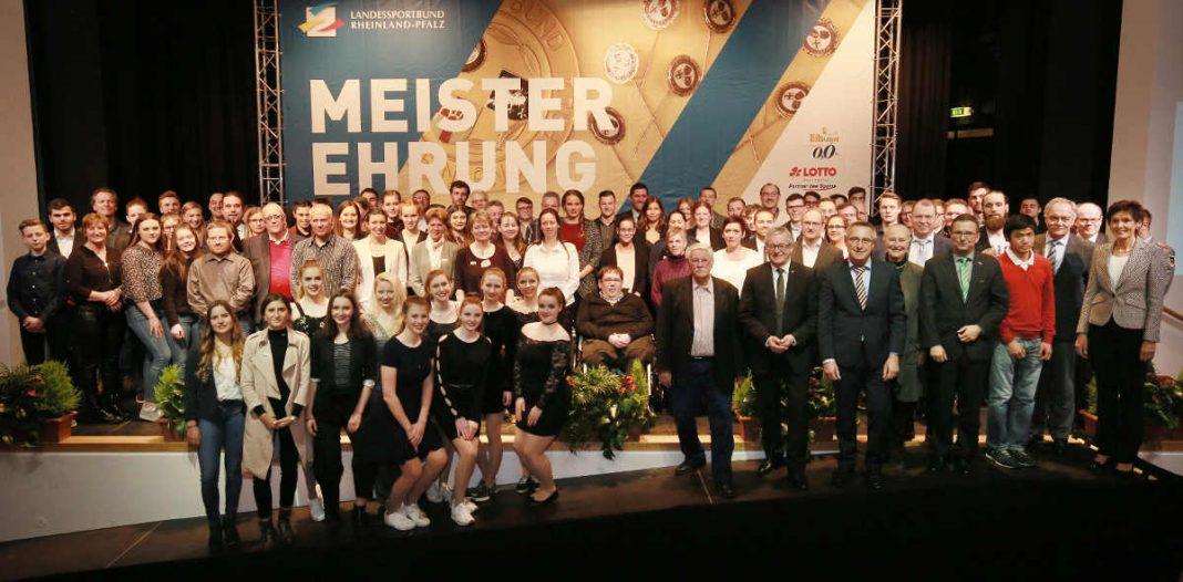 Abschlussfoto mit allen Champions auf der Bühne im großen Saal des NH-Hotels Bingen (Foto: LSB/Bernd Eßling)