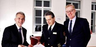 Neuer Feuerwehrchef Karl-Heinz Frank erhält Ernennungsurkunde von OB Peter Feldmann und Markus Frank (Foto: Hermann Wygoda)