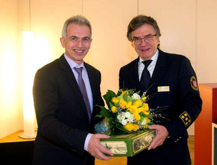 OB Peter Feldmann verabschiedet Feuerwehrchef Prof. Reinhard Ries (Foto: Stadt Frankfurt / Bernd Kammerer)