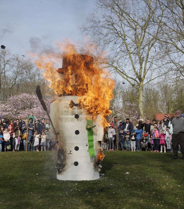 Der Winter wird verbrannt (Foto: Freizeitbetriebe Worms GmbH)