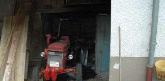 Durch das Feuer wurden ein Traktor und Teile der Scheune beschädigt. (Foto: Polizei RLP)