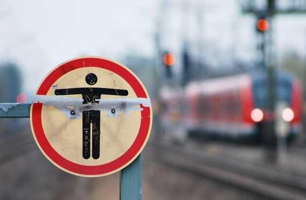 Symbolbild, Bahngleise, Warnschild © Bundespolizei