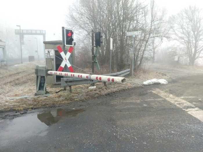 Hoher Sachschaden - Traktor bleibt an Bahnschranke hängen (Foto: Bundespolizei)
