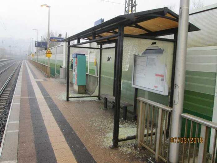 erstörte Scheiben (2m x 1m) am Bahnsteig 1 am Bahnhaltepunkt Burghaun; Quelle: Bundespolizei