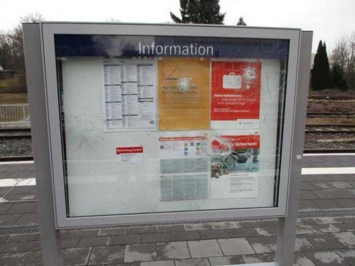 Das Ergebnis von Vandalen; Beschädigte Vitrine im Bahnhof Hungen; Quelle: Bundespolizei