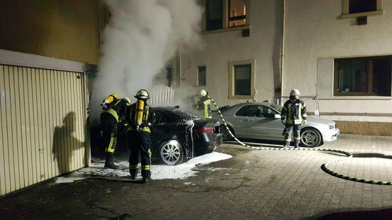 Die Feuerwehr löschte den PKW-Brand (Foto: Presseteam der Feuerwehr VG Lambrecht)