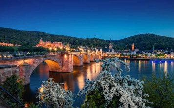 """Die Alte Brücke und das Heidelberger Schloss bei Nacht – auch hier gehen anlässlich der weltweiten WWF-Aktion """"Earth Hour"""" am Samstag, 24. März 2018, für eine Stunde lang die Lichter aus. (Foto:Heidelberg Marketing GmbH / Schwerdt)"""