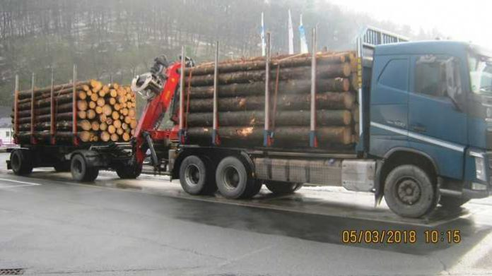 Knapp 10 Tonnen zu viel - Holzlaster überladen!