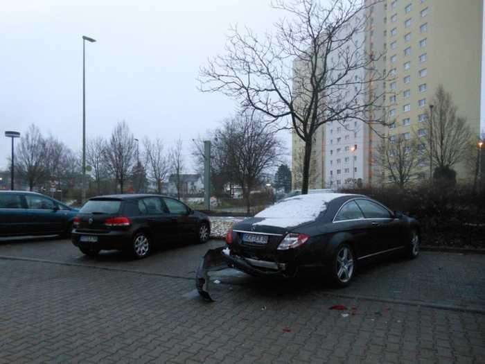 Unfallflucht nach Beschädigung dieses Mercedes - Wer hat etwas gesehen?