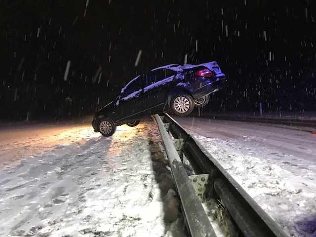 Ein Verkehrsteilnehmer verlor die Kontrolle über sein Fahrzeug und rutschte quer auf die Mittelleitplanke.
