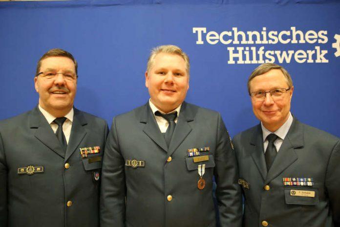 Jan Görich (m.) wurde für sein langjähriges Engagement im THW geehrt (Foto: THW / Michael Walsdorf)