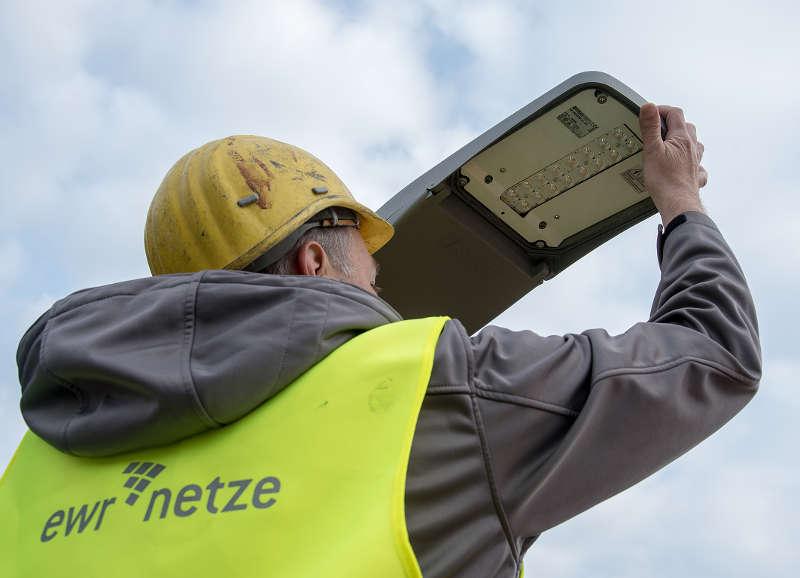 Heiko Hoffmann, Mitarbeiter der EWR Netz GmbH, bei der Installation der LED-Lampen. (Foto: EWR AG)
