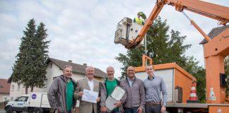Erik Emmerich (EWR), Karl-Heinz Greb (Vorstand des Energie- und Servicebetriebs Wörrstadt (ESW)), Markus Hahn, Hubert Anthes (beide EWR) und Dennis Sartorius (Betriebsführung ESW) begutachten den Start der Arbeiten in Saulheim. (Foto: EWR AG)