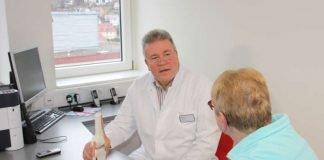 Dr. Martin Stark im Gespräch mit einer Patientin (Foto: GRN / Situation nachgestellt)