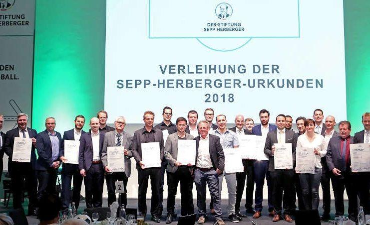 Stolze Preisträger bei der Verleihung der Sepp-Herberger-Urkunden. (Foto: Carsten Kobow)