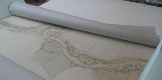 Handgezeichnete Karte des Rheinlaufs zwischen Altrip und Worms aus dem Jahr 1820 in ihrer geöffneten Schutzverpackung (Signatur: LBZ/PLB Speyer, Kt 6184)