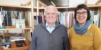 Wolfgang Vater mit Bibliotheksleiterin Stephanie Koch. (Foto: Stadtverwaltung Weinheim)