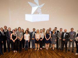 Bürgermeister Hans-Jürgen Heiß (Mitte) gemeinsam mit den besten Auszubildenden Heidelbergs, deren Ausbildern sowie Vertretern von Kammern und Berufsschulen. (Foto: Tobias Dittmer)
