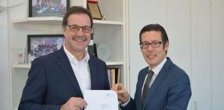 Prof. Dr. Frank E.P. Dievernich (r.), Präsident der Frankfurt UAS, begrüßt Peter Saeger von Continental als Honorarprofessor. (Foto: Frankfurt UAS/Benedikt Bieber)