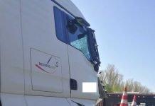 Der LKW schob ein Absicherungsfahrzeug zusammen - Freiwillige Feuerwehr Weingarten