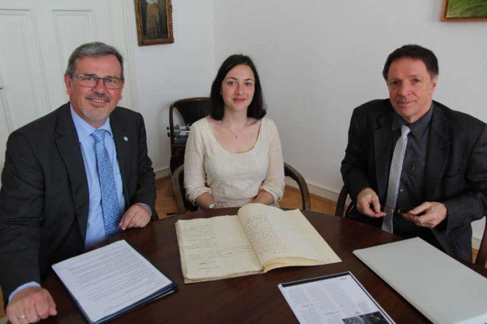 OB Hansjörg Eger, Ana Martin Tutor und Dr. Walter Rummel beim Studium von alten Akten aus dem Landesarchiv (Quelle: Stadt Speyer)