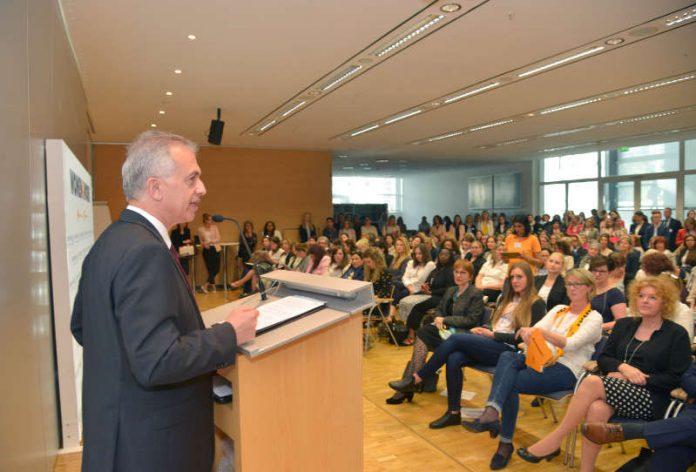 Oberbürgermeister Peter Feldmann bei der women&work (Foto: Bernd Kammerer)