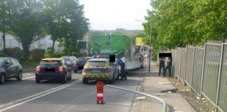 Eine Straßenlaterne wurde stark beschädigt (Foto: Polizei RLP)