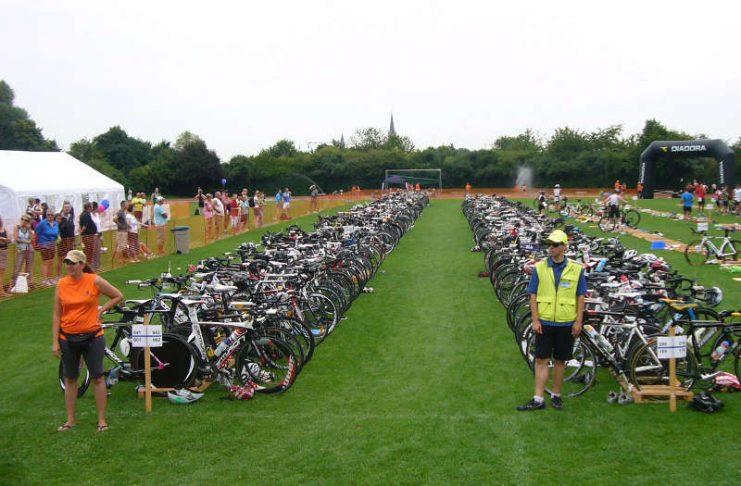 Wechselzone beim Triathlon (Foto: Hannes Blank)