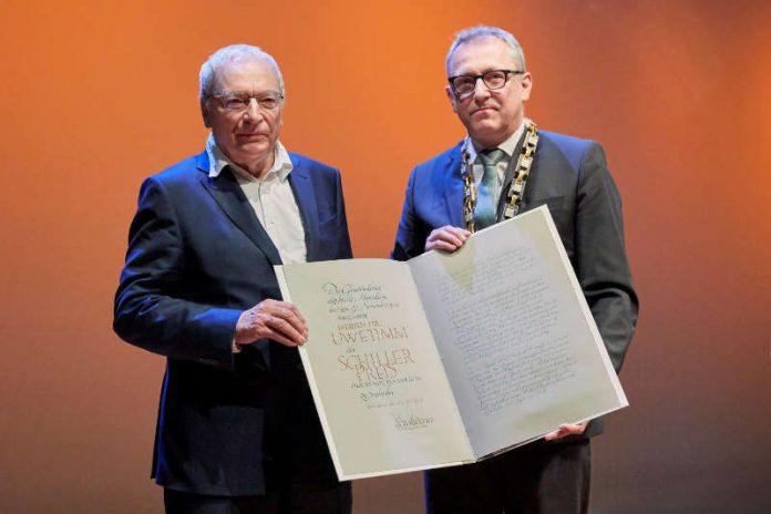 Oberbürgermeister Dr. Peter Kurz übergibt den Schillerpreis 2018 an Dr. Uwe Timm (Foto: Fernando Fath)