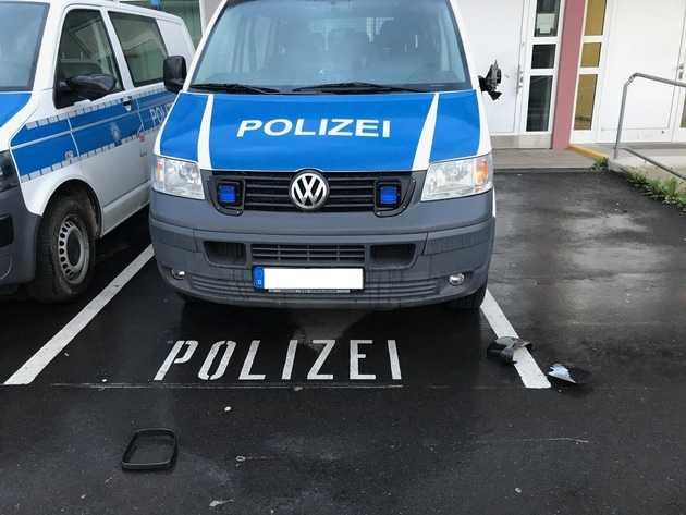 Beschädigtes Fahrzeug vor der Bundespolizeiinspektion