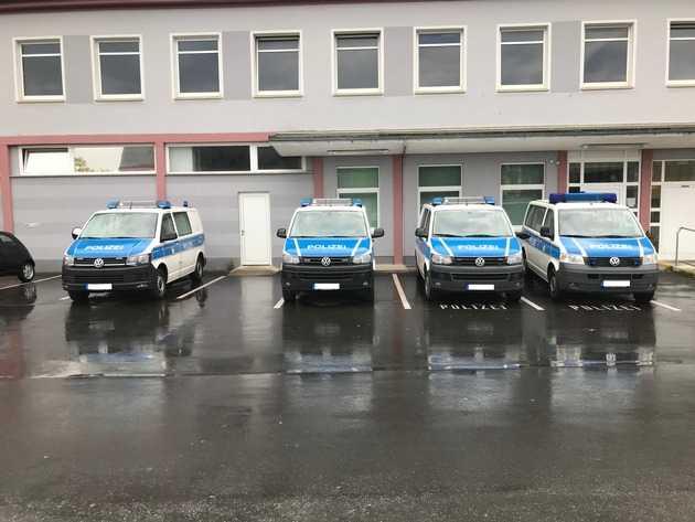 Beschädigte Fahrzeuge vor der Bundespolizeiinspektion